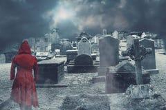 Ghost sur le cimetière hanté photographie stock libre de droits
