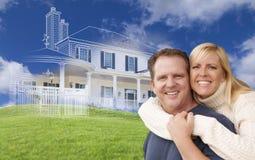 Обнимающ пар с чертежом дома Ghosted позади Стоковое Фото