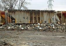 Giù builing lacerato lungo le piste del treno Fotografia Stock