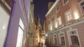 Giù città vecchia Riga TimeLapse con la gente stock footage