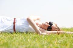 giù donne di bugia dell'erba Fotografie Stock Libere da Diritti