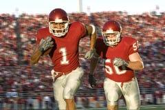giù funzionare dei giocatori di football americano del campo Fotografia Stock Libera da Diritti