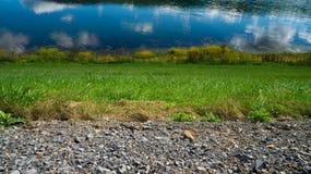 Giù la riva del fiume Immagini Stock