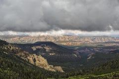 Giù la valle alla roccia rossa Fotografie Stock Libere da Diritti