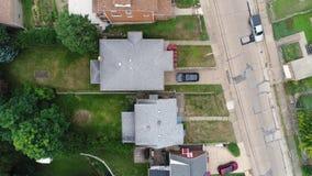 Giù vista diritta delle case in vicinanza residenziale video d archivio