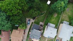Giù vista diritta delle case in vicinanza residenziale stock footage