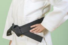 Gi bianco di judo Nodi matrici di arti marziali di un giovane una cintura nera fotografie stock libere da diritti