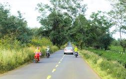 Gia Lai, Vietnam - 24 novembre 2018 : La belle route traverse la ferme Gia Lai Province, Vietnam de thé images stock
