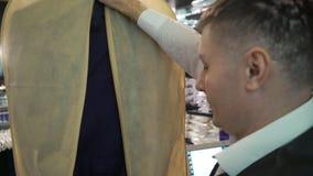 Giacca blu d'imballaggio e vestito blu dell'uomo stock footage