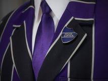 Giacca sportiva dei ragazzi di scuola con il distintivo di scuola di capitano della casa Immagini Stock Libere da Diritti