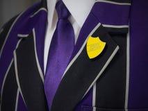 Giacca sportiva dei ragazzi di scuola con il distintivo di scuola di capitano della casa Fotografia Stock Libera da Diritti