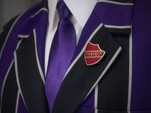 Giacca sportiva dei ragazzi di scuola con il distintivo di scuola di prefetto Fotografia Stock