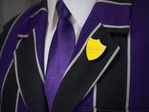 Giacca sportiva dei ragazzi di scuola con il distintivo di scuola di prefetto Immagini Stock Libere da Diritti