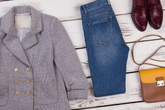 Giacca sportiva del ` s delle donne e jeans scarni Fotografia Stock