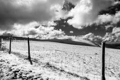 Giacimenti della montagna coperti da neve, di recintare la priorità alta, Fotografie Stock Libere da Diritti