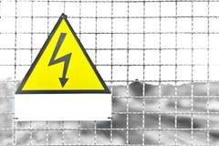 Giacimento bianco del treno del segno del metallo giallo del triangolo del testo dell'etichetta nell'AIS Fotografie Stock
