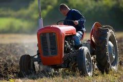 Giacimento d'aratura del trattore Immagine Stock Libera da Diritti