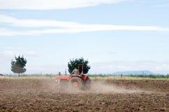 Giacimento d'aratura del trattore rosso Immagini Stock Libere da Diritti