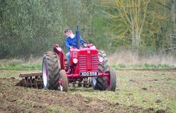 Giacimento d'aratura 1960 dell'internazionale del trattore rosso d'annata del ` s Fotografia Stock Libera da Diritti