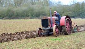 Giacimento d'aratura 1930 dell'internazionale del trattore rosso d'annata del ` s Immagine Stock Libera da Diritti