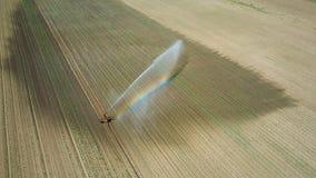 Giacimento d'innaffiatura dell'attrezzatura di irrigazione Siluetta dell'uomo Cowering di affari Irrigazione di Fotografie Stock