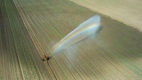 Giacimento d'innaffiatura dell'attrezzatura di irrigazione Siluetta dell'uomo Cowering di affari Irrigazione di Fotografia Stock