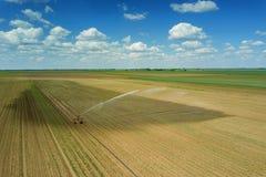 Giacimento d'innaffiatura dell'attrezzatura di irrigazione Siluetta dell'uomo Cowering di affari Irrigazione di Immagine Stock Libera da Diritti