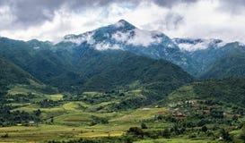Giacimento del riso in montagna della valle con il villaggio della tribù Fotografia Stock