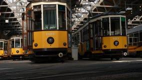 Giacimento del tram di bancomat della città di Milano immagini stock