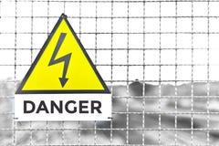 Giacimento del treno del segno del metallo giallo del triangolo del testo del pericolo dentro Fotografie Stock