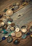 Giacimento detritico dei bottoni d'annata sui bordi invecchiati Immagini Stock Libere da Diritti