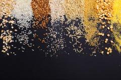 Giacimento detritico dei cereali sotto forma di strisce su un fondo nero Fotografie Stock