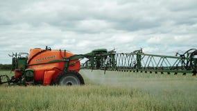 Giacimento di grano di spruzzatura del trattore con lo spruzzatore archivi video