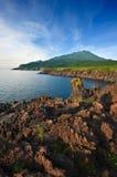 Giacimento di lava sulla costa dell'isola di Iturup Plateau di Yankito Immagine Stock
