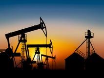 Giacimento di petrolio al tramonto vicino al serbatoio Fotografia Stock