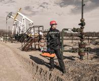 Giacimento di petrolio dell'uomo Immagini Stock Libere da Diritti