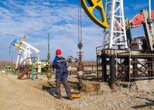 Giacimento di petrolio dell'uomo Fotografia Stock