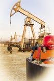 Giacimento di petrolio e strumenti Fotografie Stock Libere da Diritti