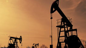 Giacimento di petrolio in siluetta video d archivio