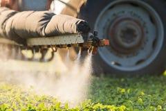 Giacimento di spruzzatura della soia del trattore alla molla Fotografia Stock Libera da Diritti