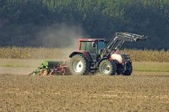 Giacimento ploghing del trattore Immagine Stock Libera da Diritti