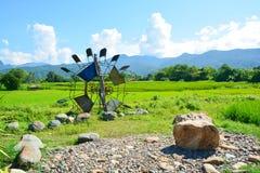Giacimento verde del riso con il mulino a vento tailandese immagini stock