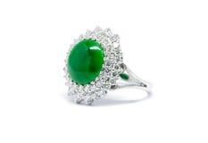 Giada verde alta chiusa con l'anello di oro e del diamante isolato Fotografie Stock Libere da Diritti