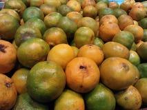Giallo arancione con i sapori che freschi ho trovato in supermercati immagini stock