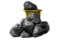 Giallo dell'immondizia del recipiente, recipiente, rifiuti, immondizia, rifiuti, mucchio dei sacchetti di plastica isolato su bia Immagine Stock