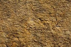 Giallo della parete di pietra in piccole crepe Fotografie Stock Libere da Diritti