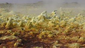Giallo di Dallol dentro il cratere di esplosione del vulcano di Dallol, Etiopia archivi video