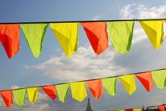 Giallo e bandiere rosse Priorità bassa del cielo blu Fotografia Stock Libera da Diritti