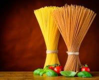 Giallo e pasta degli spaghetti di Brown con lo spazio della copia Fotografia Stock
