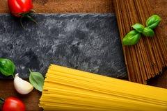 Giallo e pasta degli spaghetti di Brown con lo spazio della copia Fotografia Stock Libera da Diritti